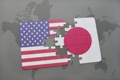 verwirren Sie mit der Staatsflagge von Staaten von Amerika und von Japan auf einem Weltkartehintergrund Stockbild