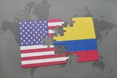 verwirren Sie mit der Staatsflagge von Staaten von Amerika und von Kolumbien auf einem Weltkartehintergrund lizenzfreie stockbilder
