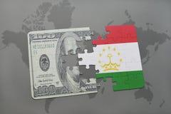verwirren Sie mit der Staatsflagge von Tadschikistan und von Dollarbanknote auf einem Weltkartehintergrund Lizenzfreie Stockfotografie