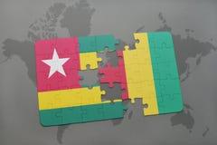 verwirren Sie mit der Staatsflagge von Togo und von Guine auf einer Weltkarte lizenzfreie abbildung