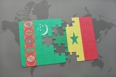 verwirren Sie mit der Staatsflagge von Turkmenistan und von Senegal auf einer Weltkarte Lizenzfreies Stockbild