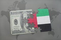 verwirren Sie mit der Staatsflagge von Vereinigten Arabischen Emiraten und von Dollarbanknote auf einem Weltkartehintergrund Lizenzfreie Stockbilder