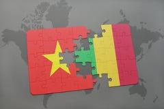 verwirren Sie mit der Staatsflagge von Vietnam und von Mali auf einer Weltkarte Lizenzfreies Stockbild