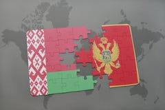 verwirren Sie mit der Staatsflagge von Weißrussland und von Montenegro auf einem Weltkartehintergrund Stockfotos