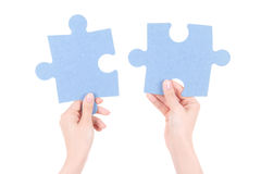 Verwirren Sie Stücke in den Frauenhänden, die auf Weiß lokalisiert werden Lizenzfreie Stockfotografie