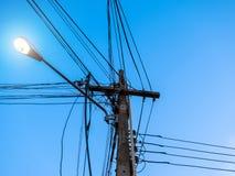 Verwirrt vom Strom Pole Stockfotos