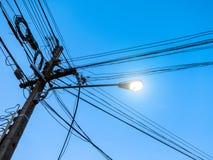 Verwirrt vom Strom Pole Stockbilder