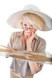 Verwirrte blonde Frau mit Karte Stockfotografie