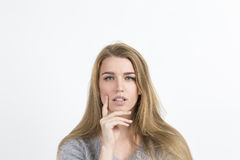 Verwirrte Frau in der grauen Strickjacke Stockfotos