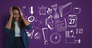 Verwirrte Frau, die ihren Kopf schaut recht auf purpurrotem Hintergrund mit Zeichnungen hält Stockfotografie