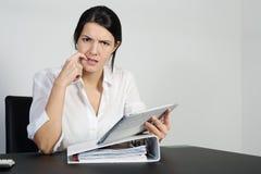 Verwirrte Frau, die stark denkt Stockbilder