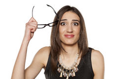 Verwirrte Frau mit Gläsern Lizenzfreies Stockfoto