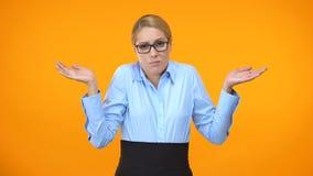 Verwirrte Geschäftsdame, die oben Hände, keine Ahnung, Mangel habend an Inspiration wirft stock video