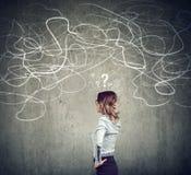 Verwirrte Geschäftsfrau, die ein Problem löst lizenzfreie abbildung