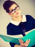 Verwirrte Geschäftsfrau, die an Problemlösung denkt Stockbilder