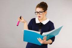 Verwirrte Geschäftsfrau, die an Problemlösung denkt Lizenzfreie Stockbilder