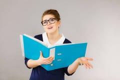 Verwirrte Geschäftsfrau, die an Problemlösung denkt Stockfotos