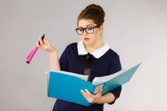 Verwirrte Geschäftsfrau, die an Problemlösung denkt Lizenzfreies Stockfoto