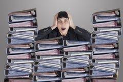 Verwirrte Geschäftsfrau mit Dateien Stockbilder