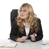 Verwirrte Geschäftsfrau mit einem verwirrten Stirnrunzeln stockfotos
