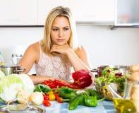 Verwirrte Hausfrau in der Küche Stockfotos