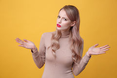 Verwirrte junge blonde Dame mit den hellen Make-uplippen Stockbilder