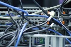 Verwirrte Netzkabel und -drähte im Serverraum für Unorganized stockfoto