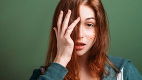 Verwirrte Verlegenheit der jungen Frau verwirrte Blick lizenzfreie stockfotografie