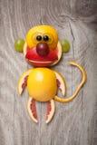 Verwirrter Affe gemacht von den Früchten Stockbild