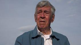 Verwirrter alter Mann mit Demenz Stockfotos