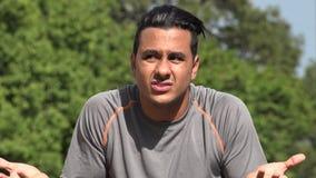 Verwirrter athletischer hispanischer erwachsener Mann stock footage