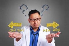 Verwirrter Doktor Trying To Decide lizenzfreie stockfotografie
