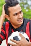 Verwirrter erwachsener Mannesfußball-Spieler stockbilder