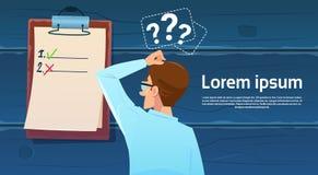 Verwirrter Geschäftsmann, der zurück steht, betrachtend Check-Listen-Frage Mark Think Problem Solution Lizenzfreie Stockbilder
