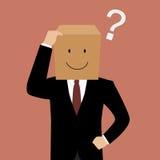 Verwirrter Geschäftsmann mit einer Pappschachtel auf seinem Kopf Lizenzfreie Stockfotos