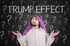 Verwirrter Geschäftsmann mit Trumpf-Effektwort Stockbild