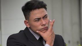 Verwirrter hübscher erwachsener hispanischer Mann stock video