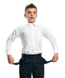 Verwirrter Junge, der leere Taschen zeigt Lizenzfreie Stockbilder