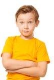Verwirrter Junge im gelben T-Shirt Stockfotos
