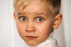 verwirrter junger Junge Stockfoto