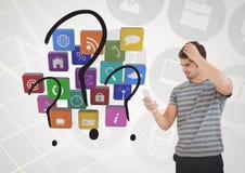Verwirrter Mann, der Handy mit verschiedenen Anwendungen verwendet stockfoto