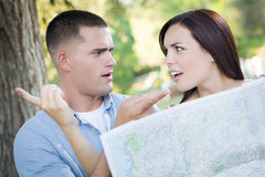 Verwirrter Mischrasse-Paar-Blick über Karte Lizenzfreies Stockbild