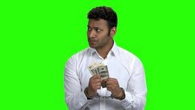 Verwirrter mit Handschellen gefesselter Geschäftsmann, der Geld hält stock video footage