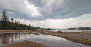 Verwirrter Nebenfluss, der in heiße Seeheiße quelle im unteren Geysir-Becken in Yellowstone Nationalpark in Wyoming USA sich leer Stockfotos