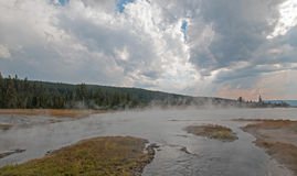 Verwirrter Nebenfluss, der in heiße Seeheiße quelle im unteren Geysir-Becken in Yellowstone Nationalpark in Wyoming USA sich leer Stockbilder