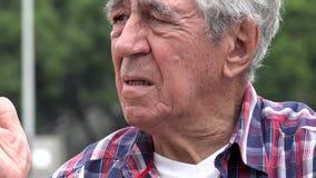Verwirrter und besorgter alter Mann stock video
