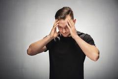 Verwirrter und gestörter junger Mann Stockfotografie