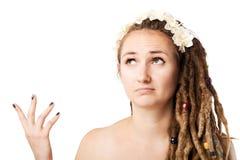 Verwirrtes Mädchen mit Dreadlocks Stockfoto