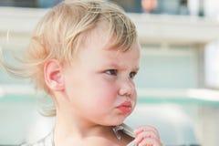 Verwirrtes nettes kaukasisches blondes Baby Lizenzfreies Stockfoto