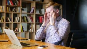 Verwirrung, Traurigkeit, Spannung, beim Arbeiten ermüdet im Büro stock video